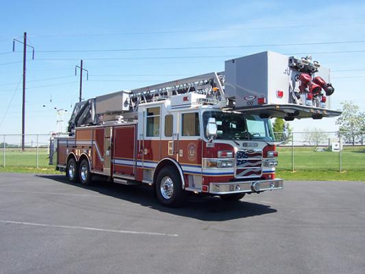 100' aerial platform fire truck - Pierce Arrow XT - passenger front