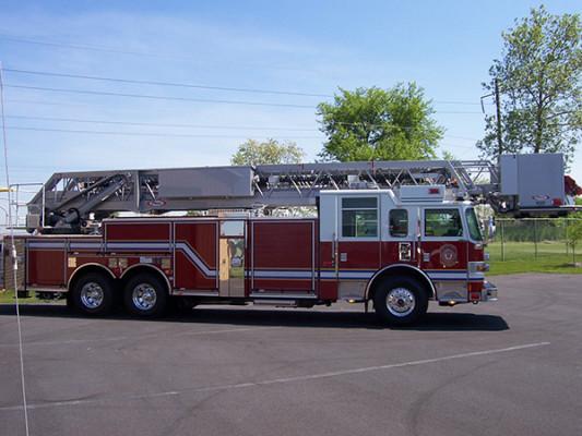 100' aerial platform fire truck - Pierce Arrow XT - passenger side