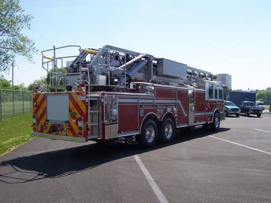 100' aerial platform fire truck - Pierce Arrow XT - passenger rear