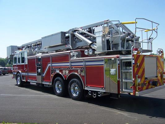 100' aerial platform fire truck - Pierce Arrow XT - driver rear