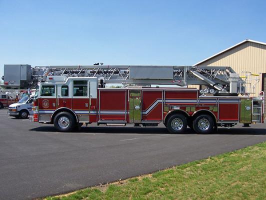 100' aerial platform fire truck - Pierce Arrow XT - driver side