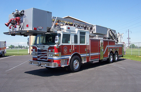 100' aerial platform fire truck - Pierce Arrow XT - driver front