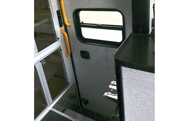B07518-interior3